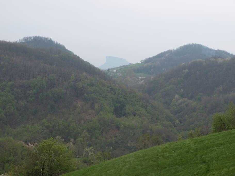 All'orizzonte la Pietra di Bismantova