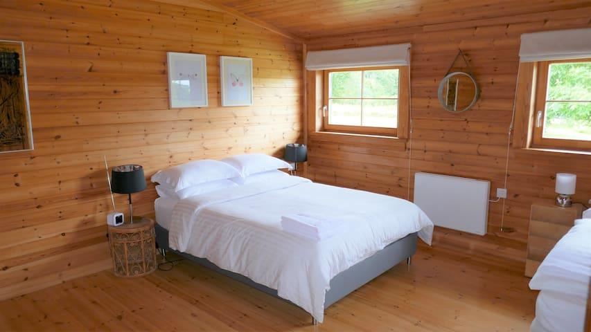 Main bedroom (with en-suite)