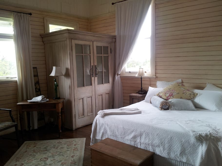 Spacious and airy, this room has a king size bed, cotton sheets, pure wool blankets or doona.
