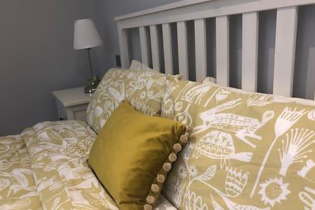Huge ensuite room, luxury house ideal Farnborough