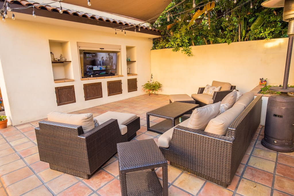 Patio with outdoor TV (Netflix incl.) Giant 18'x18' shade sail covering patio from the sun. Remote control lighting.