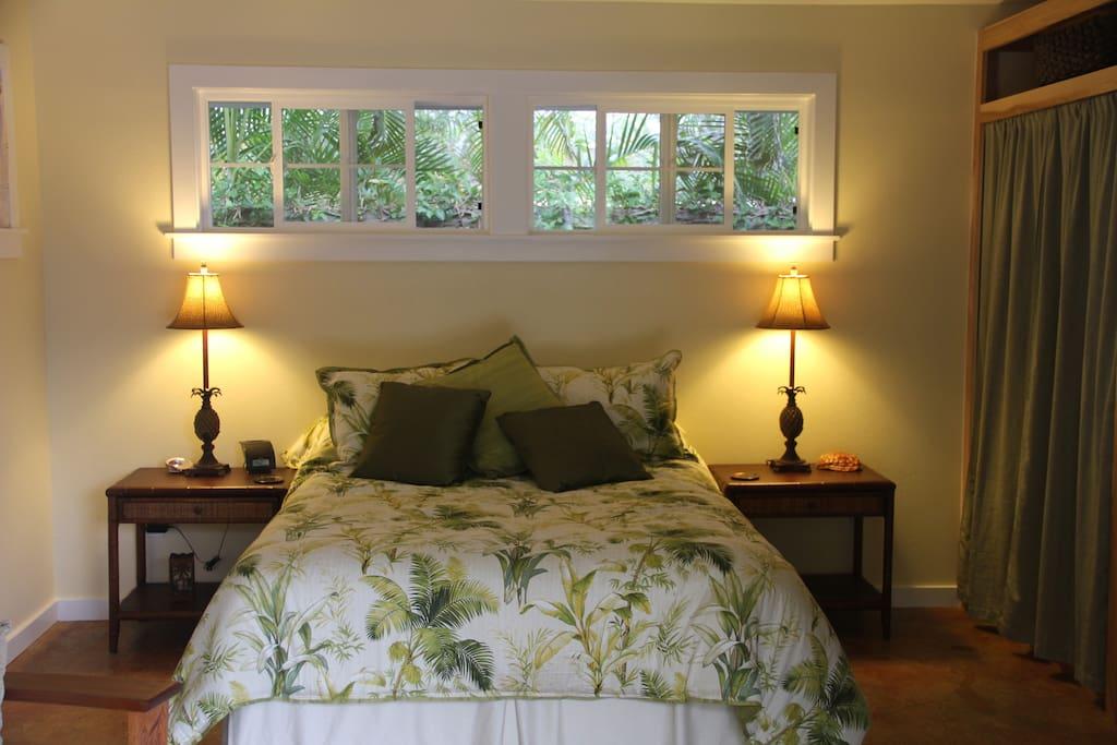 Queen bed, luxurious linens.