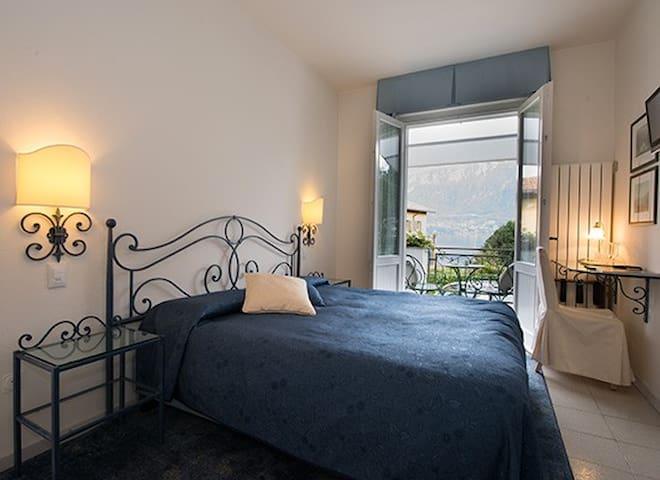 camera matrimoniale con balcone vista lago - double room with balcony lake view