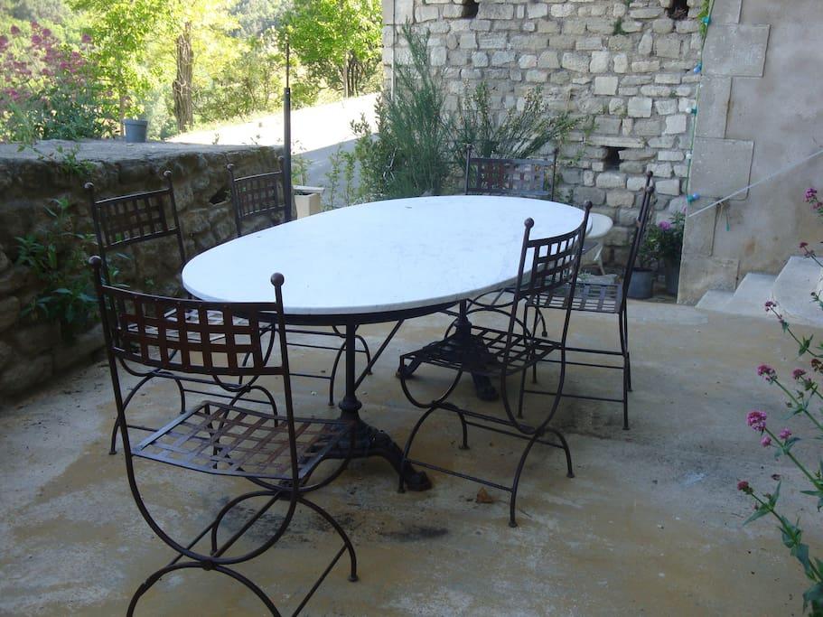 grande table sur la terrasse du haut.