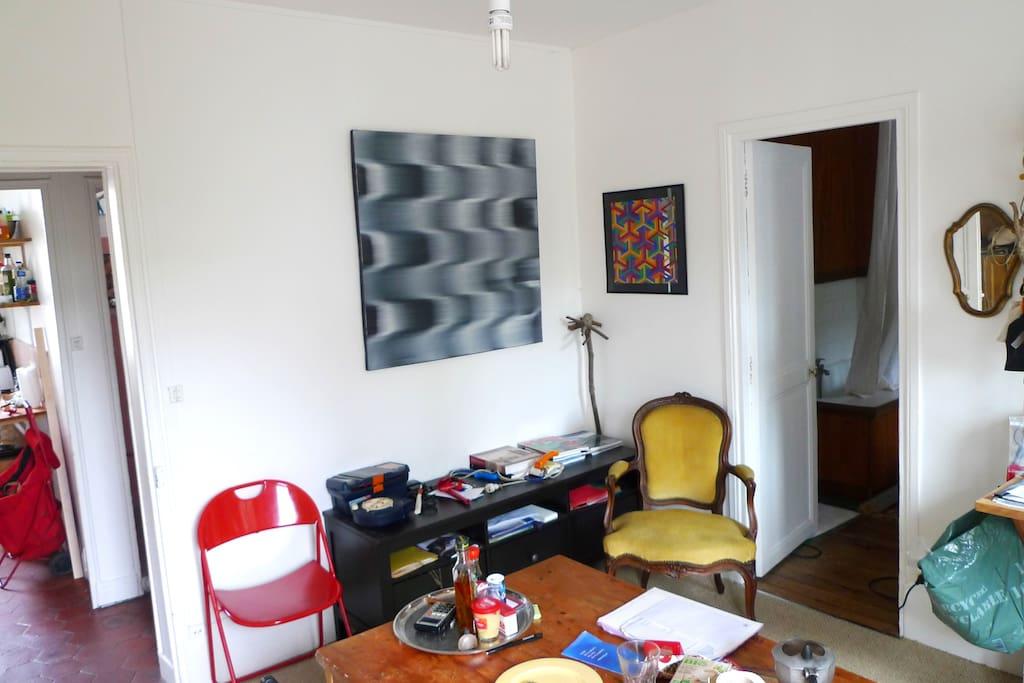 pièce de séjour desservant cuisine et chambre