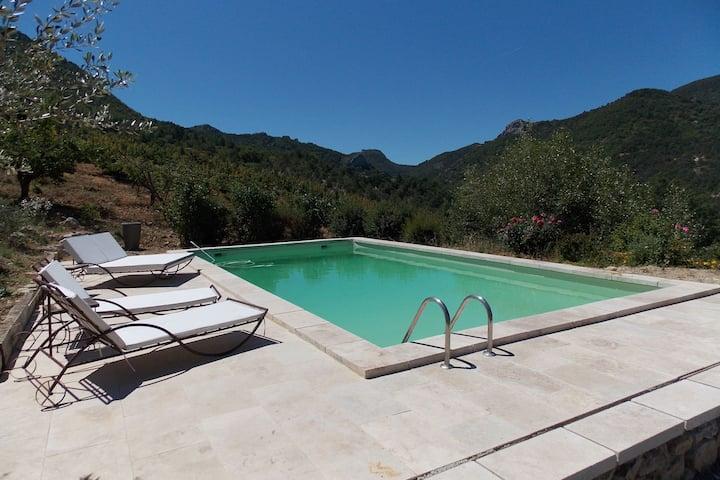 Ruime villa met zwembad in de heuvels van Montaulieu