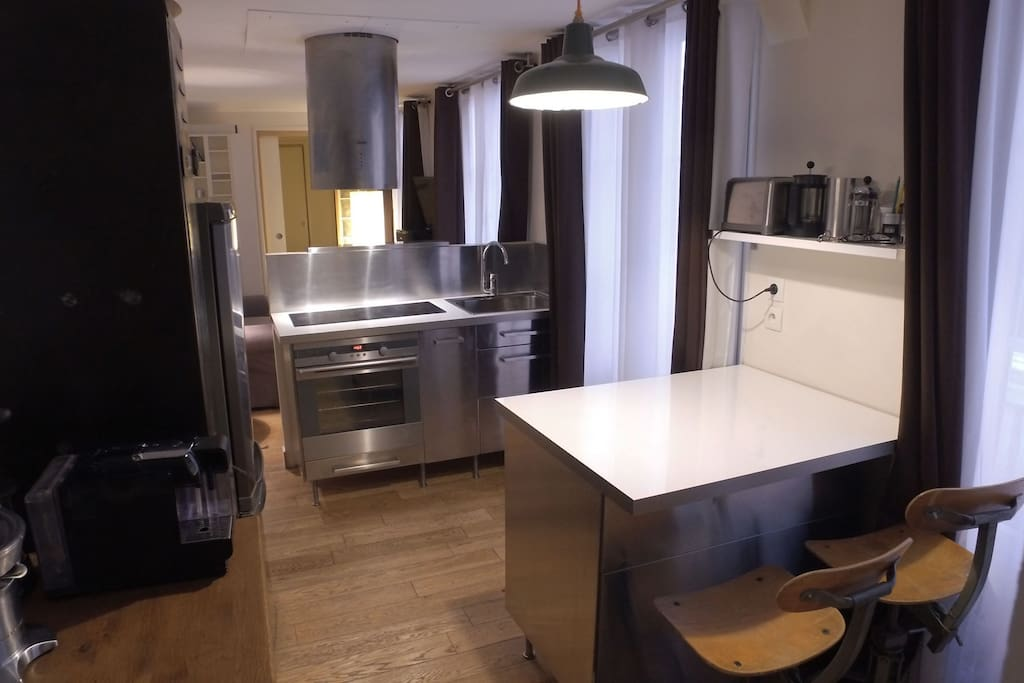 Cuisine avec tous les equipements et table ilot. Kitchen with all equipment and Central kitchen island table