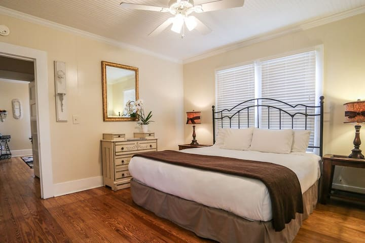 Absolutely Charming Back Porch, King Bed, Hot Tub, In Town!
