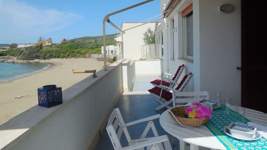 Ampio balcone con affaccio sulla spiaggia