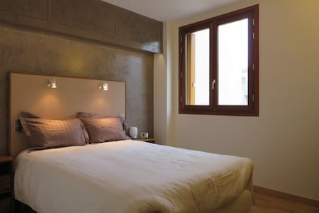 Charming B&B - bedroom & private bathroom. Breakfast included. Max: 2 persons