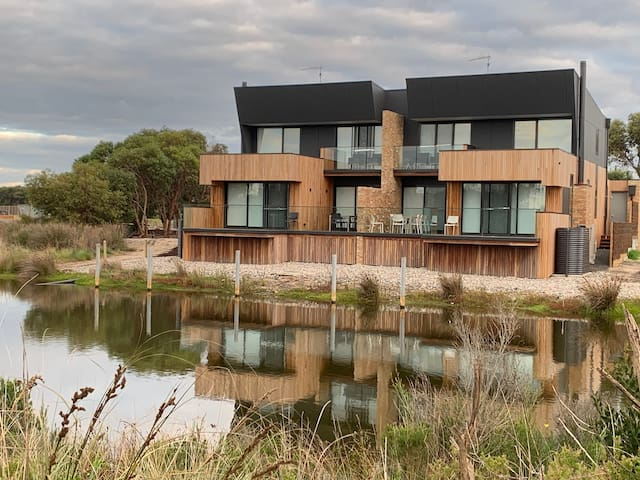 Luxury, new townhouse at Broadbeach Inverloch (37)