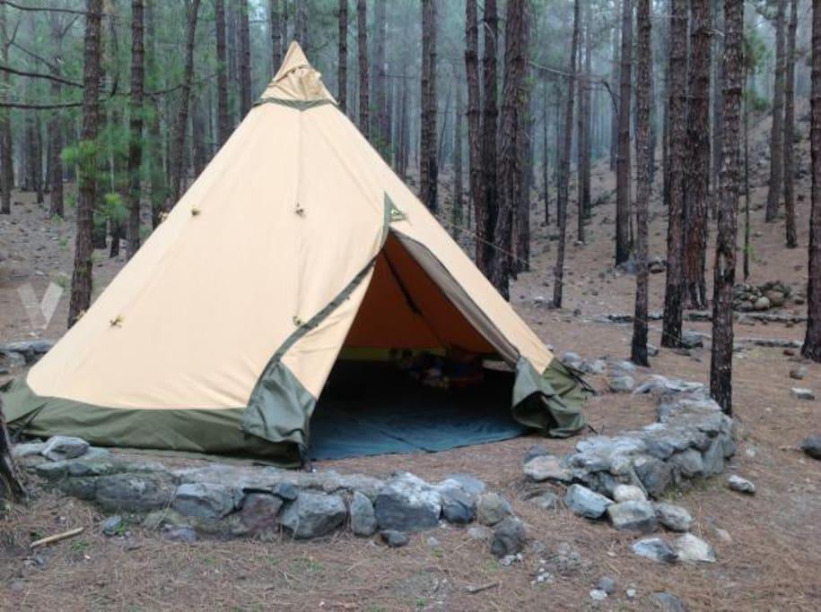 Tentipi zafir 9 con sus 5 metros de diámetro y tres metros de altura en el área de acampada de Fuente Pedro
