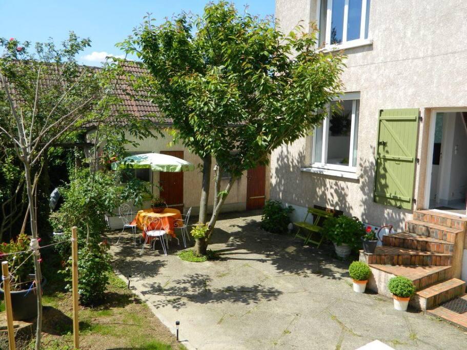 La terrasse sud avec son coin repas accès direct à la cuisine