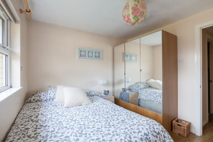 Room in Cosy Chiswick flat