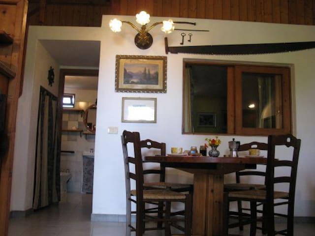 panoramica d'entrata: la camera principale pranzo/soggiorno, in fondo il bagno, a destra la finestra interna della camera da letto.