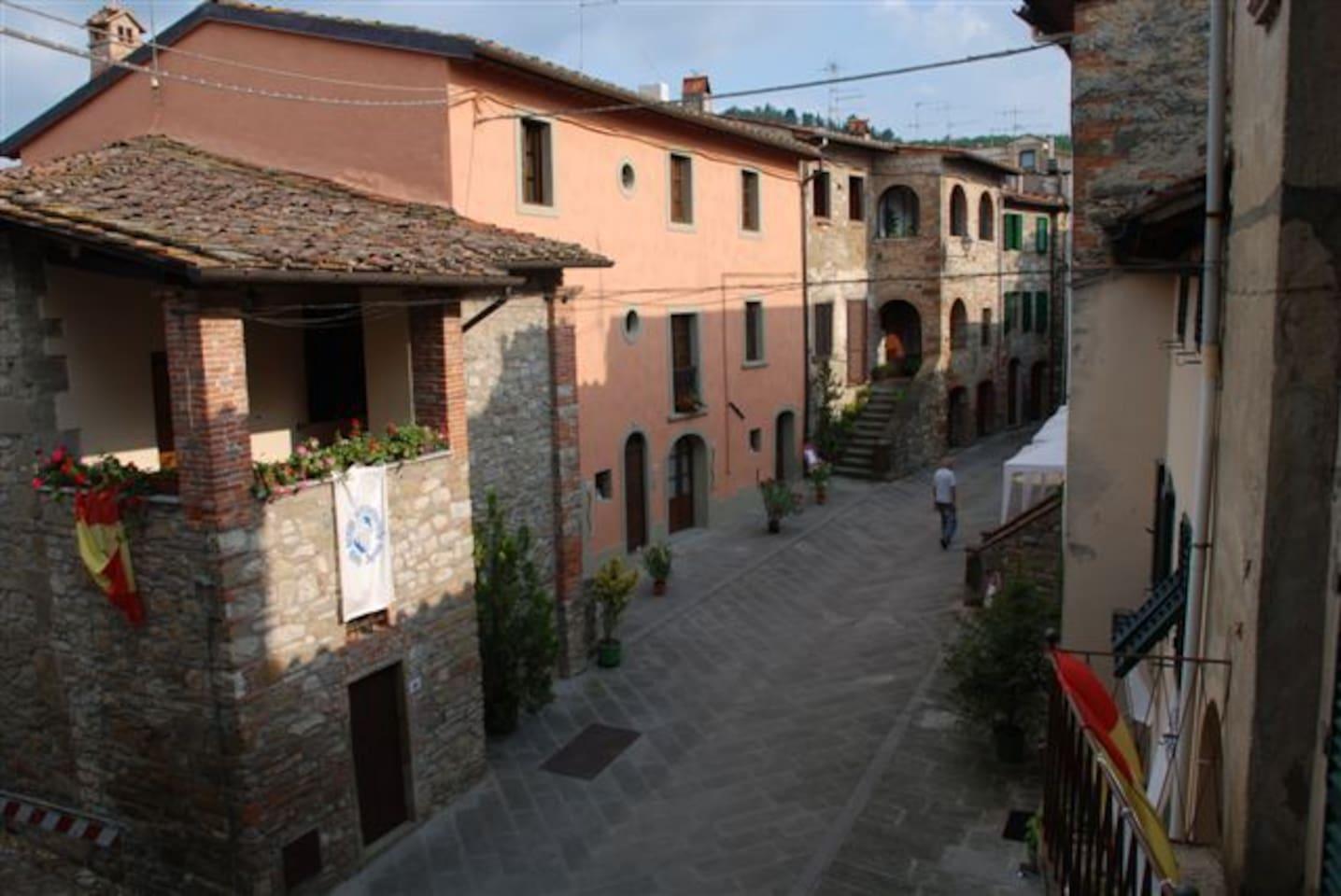 Facciata principale è quella dipinta in rosa al centro del borgo medievale del 1500
