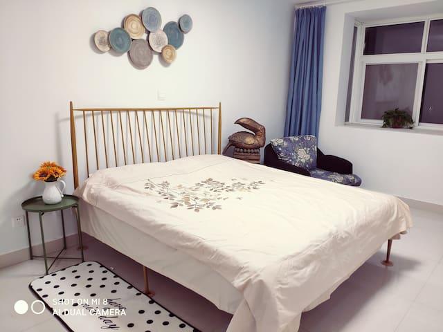 高端的铁艺大床,配有20公分的慕斯床垫和乳胶枕。让我们的睡眠成为一种享受。