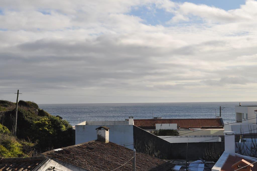 Vista de mar e sobre o telhado das casas vizinhas.