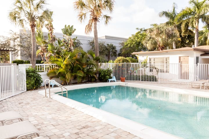 Studio w/pool close to beach & restaurants!!