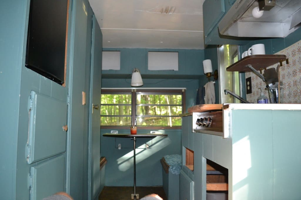 Eat-in kitchen, transferable to a single bed.