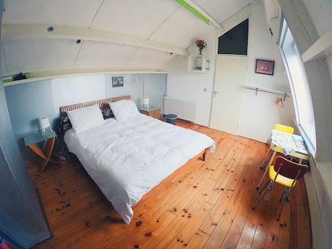 Tichá priestranná podkrovná miestnosť. Centrála v Holandsku.
