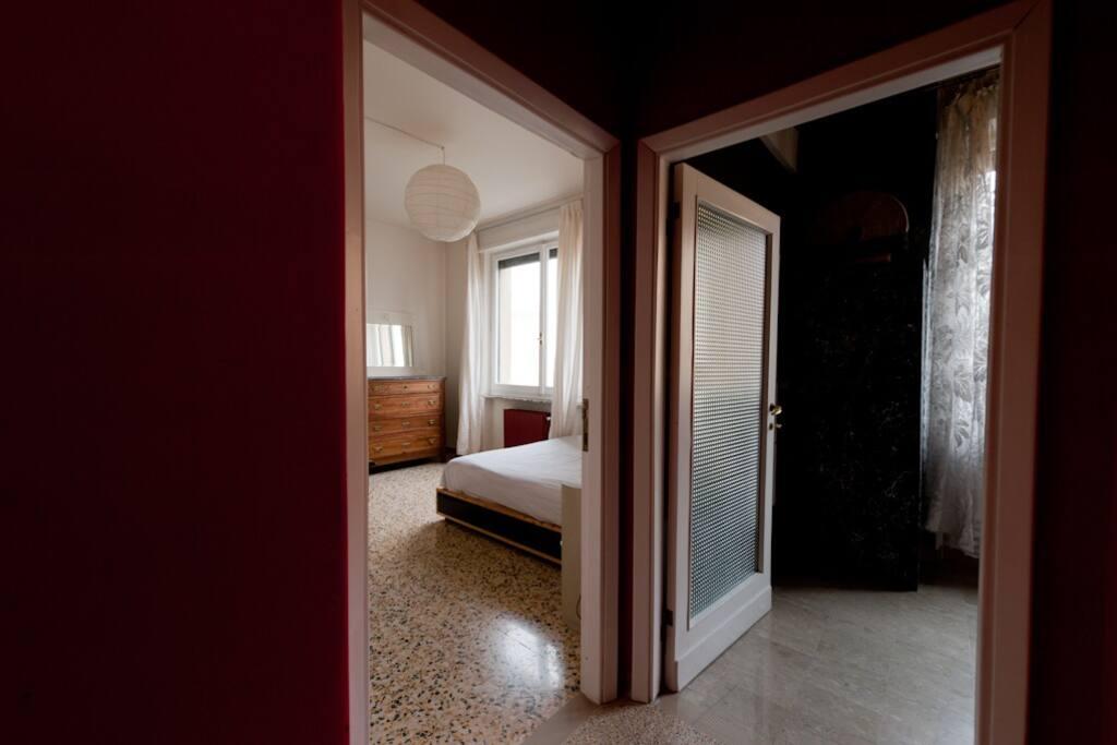 le porte d'ingresso di due stanze da letto