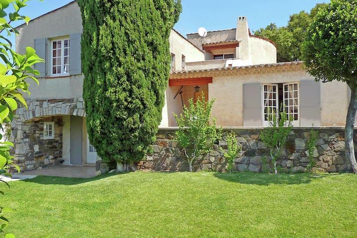 Characteristic villa a short distance from Sainte-Maxime and Saint-Tropez