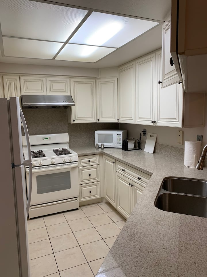 2 bedroom 2.5 bath condo 17 miles from Disneyland