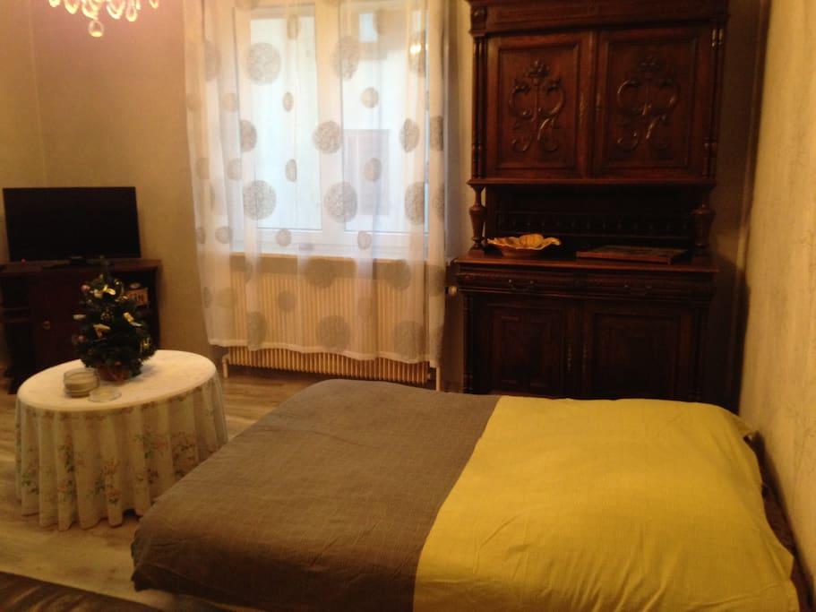 couchage dans le salon possible, ou deux canapés + téléviseur