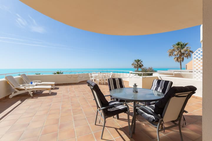 Amazing apartment with huge terrace, sea views, sun all day long, barbecue, Wi-Fi