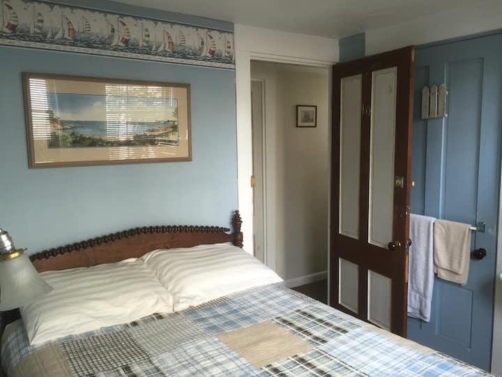 Room 10 - SMALL room w/FullSized bed & SHARED bath