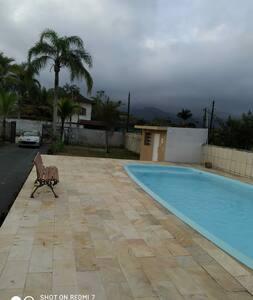 Casa térrea com piscina e quadra