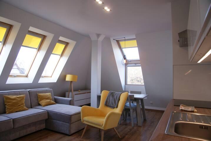 """""""Kilkudniowy pobyt w Sopocie będziemy wspominać bardzo dobrze. Apartament jest świetnie zlokalizowany, a samo mieszkanie bardzo przestronne, komfortowe i bardzo słoneczne. Kontakt z Jerzym - doskonały."""""""