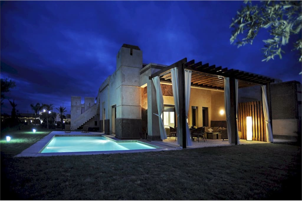 Villa de standing avec piscine et jardin priv s casas de for Villa des jardins marrakech