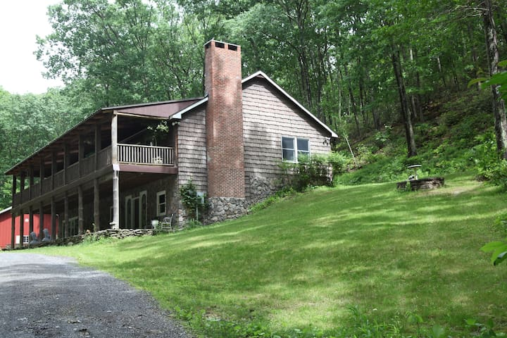 Bear Mt.Lodge 3 bedrooms 2 Ba 2000+ SQ,FT retreat