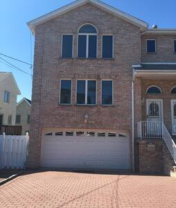 Townhouse Easy Access to NYC