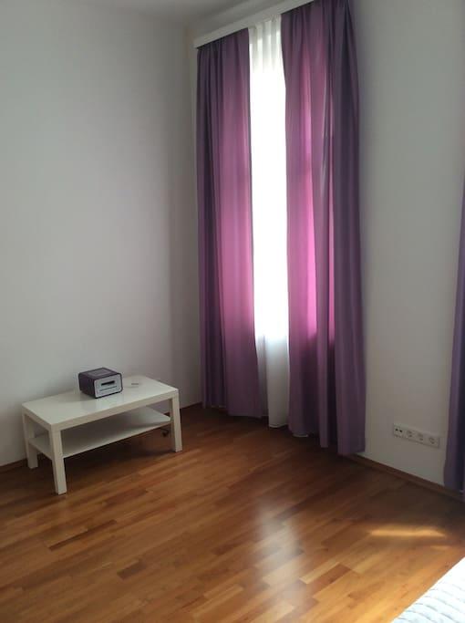 Wohnzimmer mit dem Sonoro Radio aufstehen.