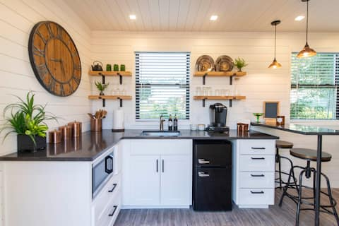 The Woods- Container Tiny House 12 min to Magnolia/Baylor/Downtown