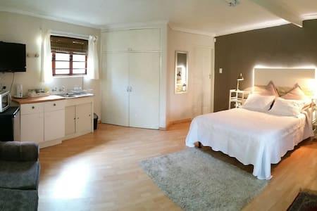 Spacious garden flat w WIFI - Hartbeespoort