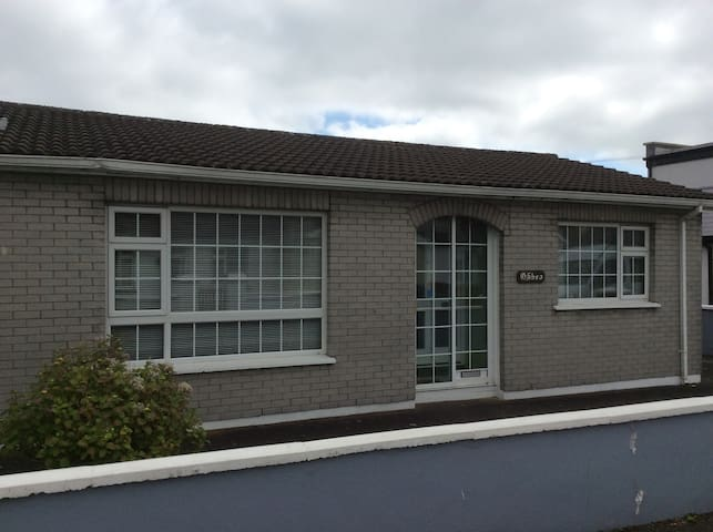 Dungarvan bungalow,very central 150m from Greenway