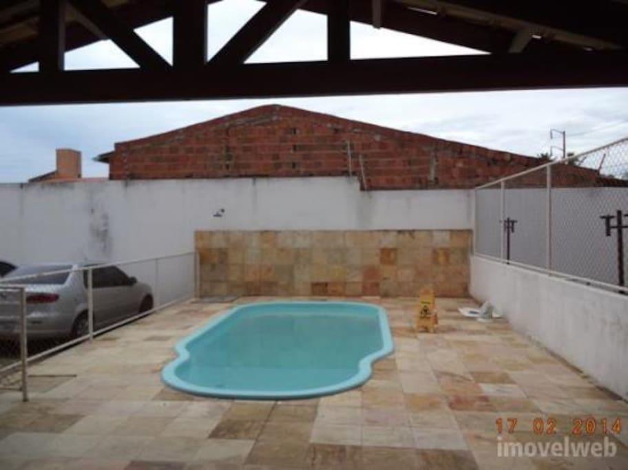 Apartamento dispões de piscina