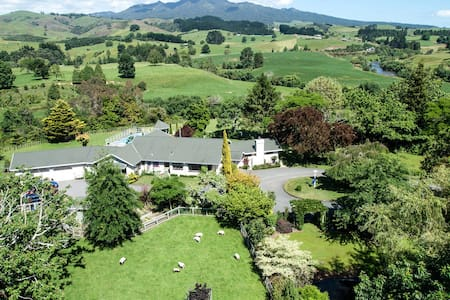 Somersal B&B - Master Queen Room - Pirongia