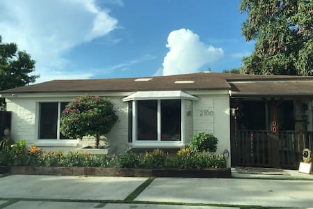 Dog lovers 3 miles to Beach - North Miami Beach