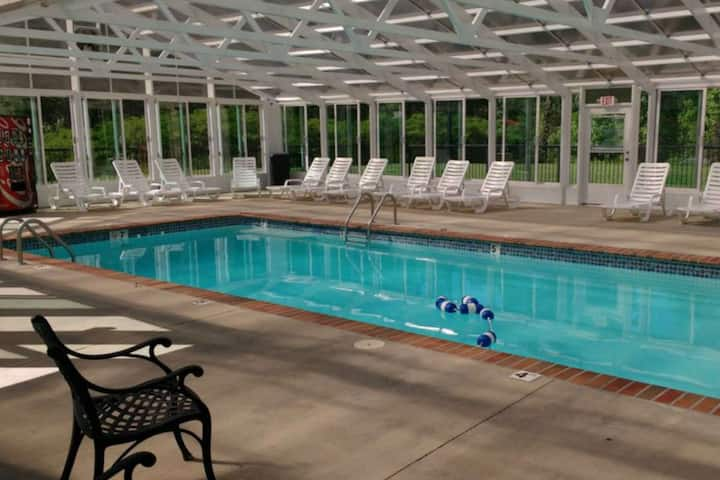 FREE TICKETS ~ Off Pkwy w/ Peaceful Mountain Setting-Indoor Pool-WiFi-King Bed/Sleeps 3 - MV3505
