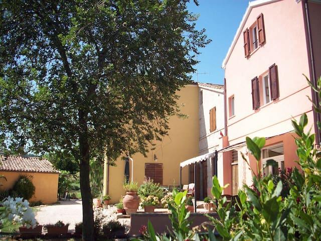 Wohnen auf dem Land mit Haustieren - Orciano di Pesaro - Talo