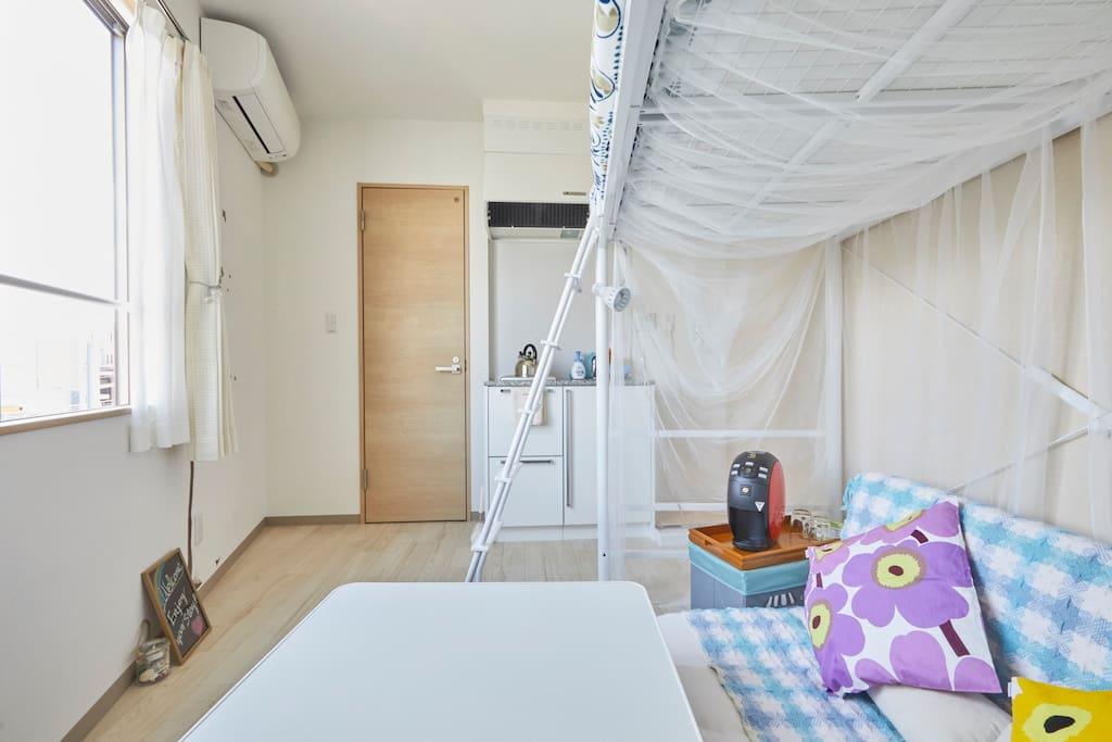 コンパクトなワンルームです。ドアの奥にトイレとバスルームがあります。Compact studio with small kitchen and bathroom.