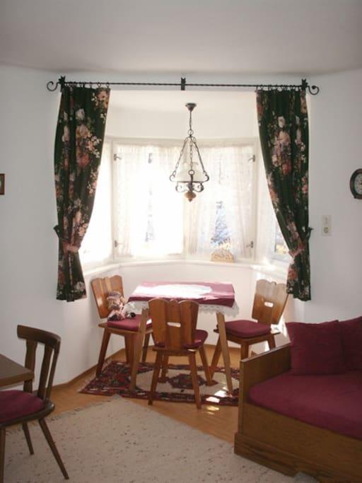Traditionell eingerichtetes Wohnzimmer mit hellen Erker