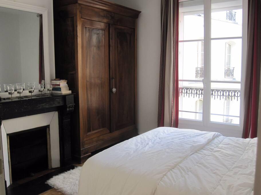 chambre avec grand lit sur cour