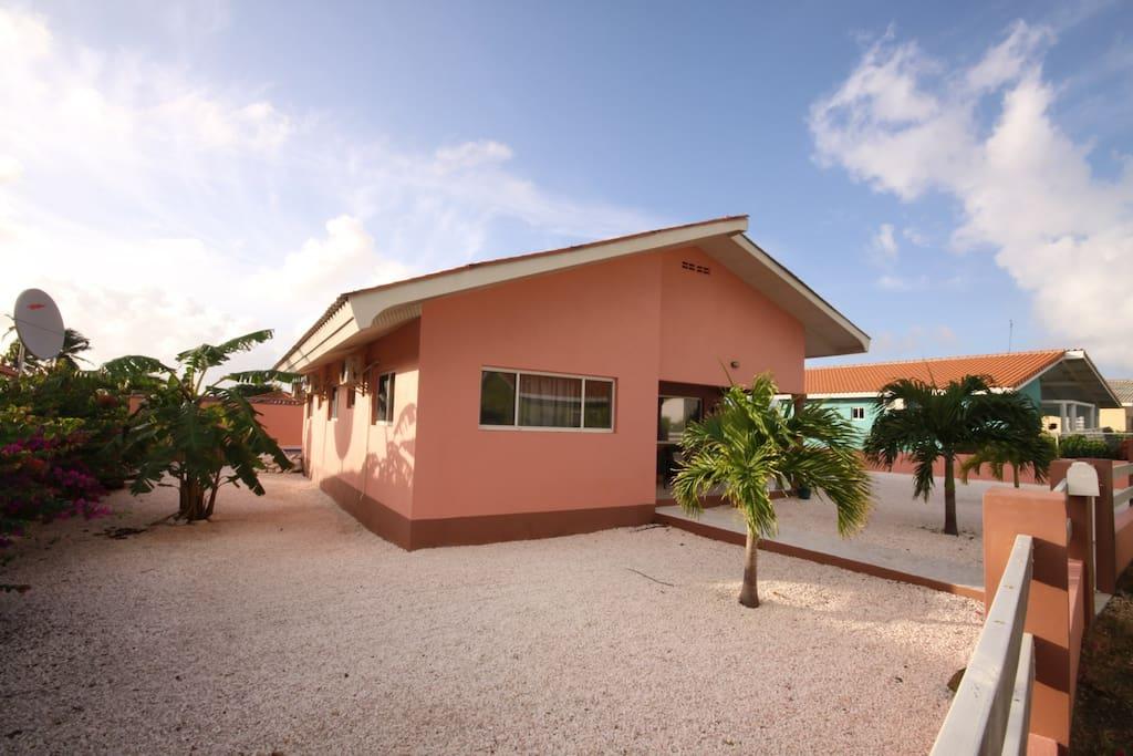 Villa Iguana ligt in een 'verscholen' hofje van plm. 35 vrijstaande woningen.