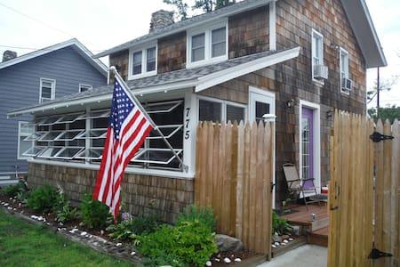 Quaint cottage on Long Island Sound - Fairfield